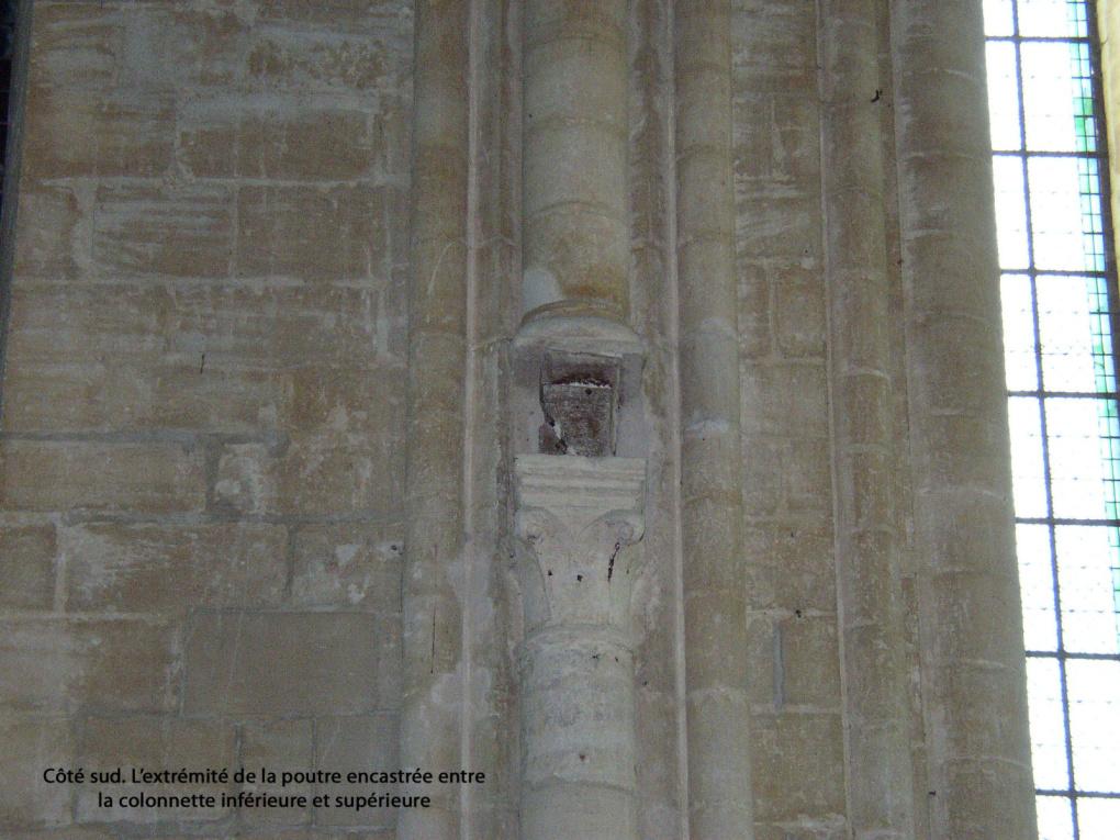 La poutre de gloire ou trabe se trouvait placée à la limite du transept et du chœur au dessus des marches qui mènent à l'autel.