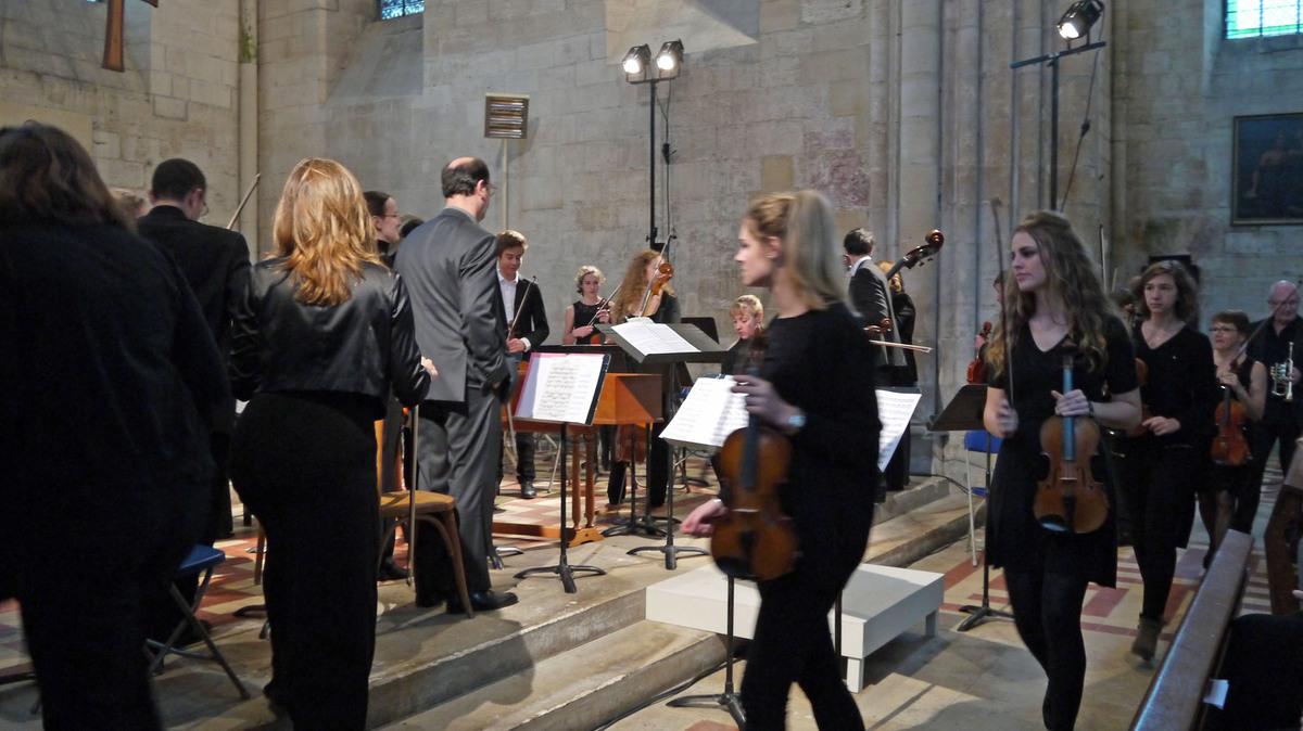 L'arrivée de l'orchestre et de son chef.