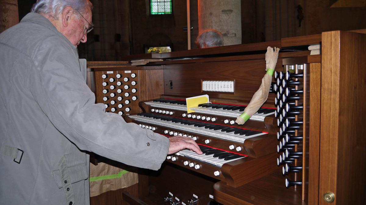 Jacques Bouteiller caressant le clavier.