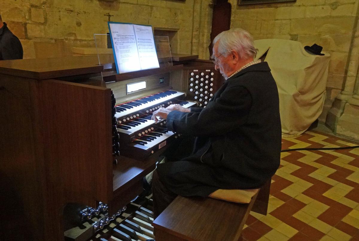 Jacques Bouteiller à l'orgue.