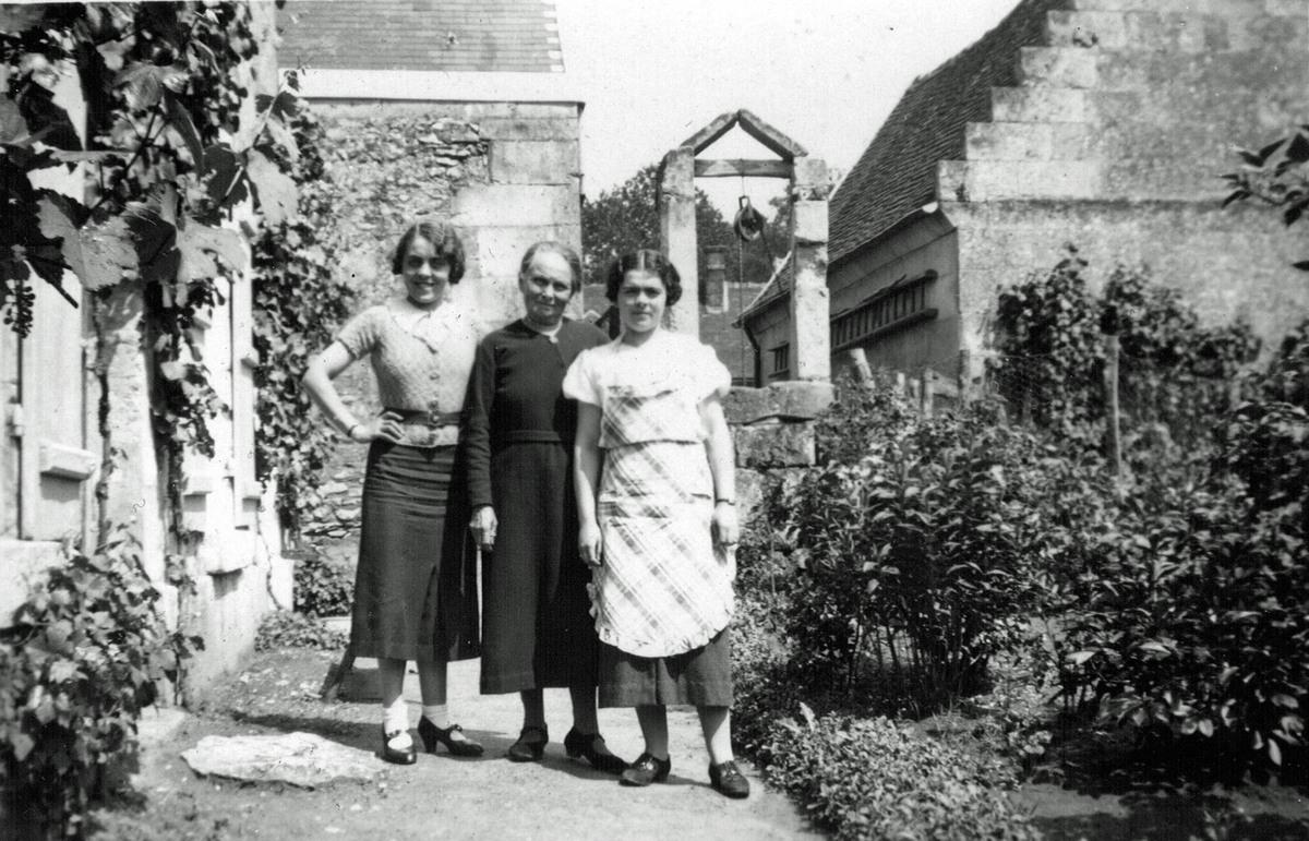 Esther Boutanquoi et les deux filles d'Aurélie à La Brévière en 1936.