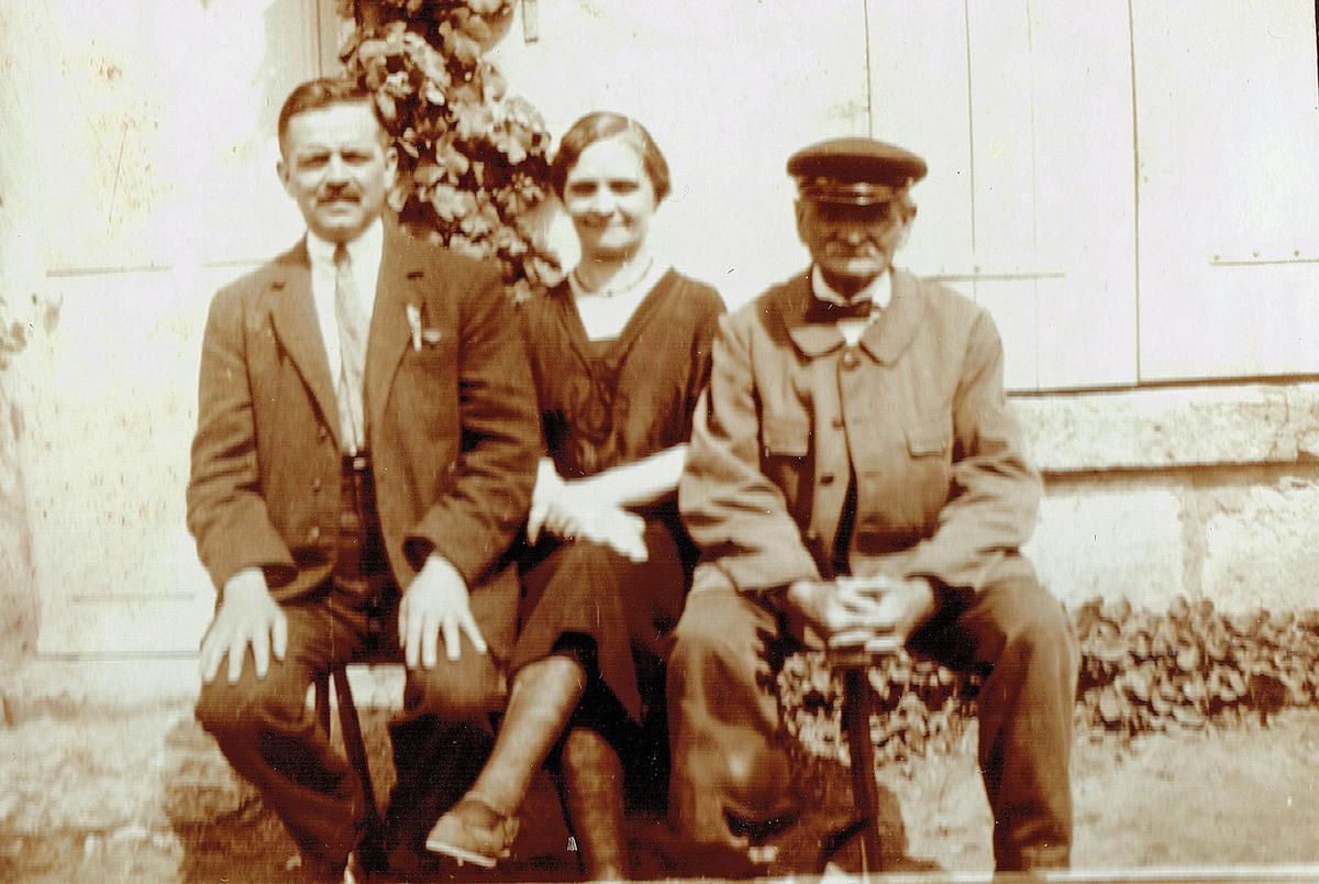 Aurélie Boutanquoi, son époux et son père Théodore Boutanquoi à la Brévière en 1927