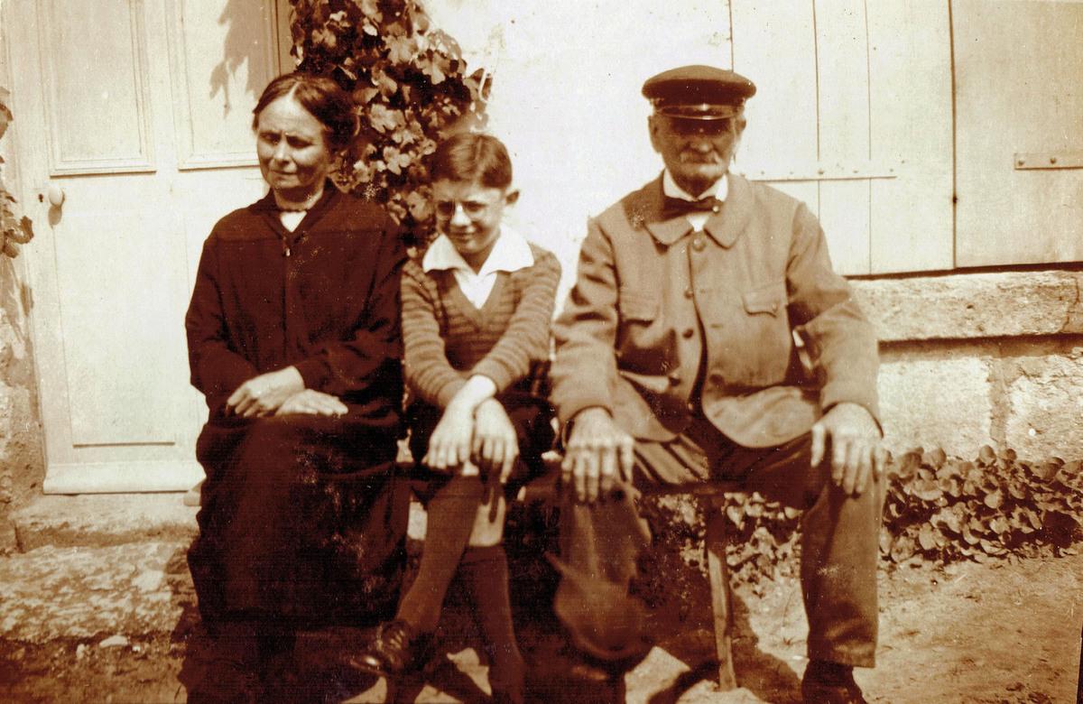 Théodore Boutanquoi, sa fille Esther et le fils d' Aurélie à la Brévière en 1927